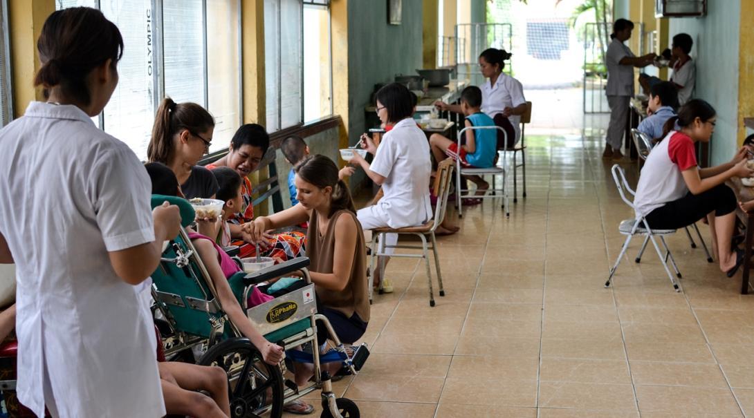 カンボジアで小児患者への理学療法活動に取り組むインターンたち
